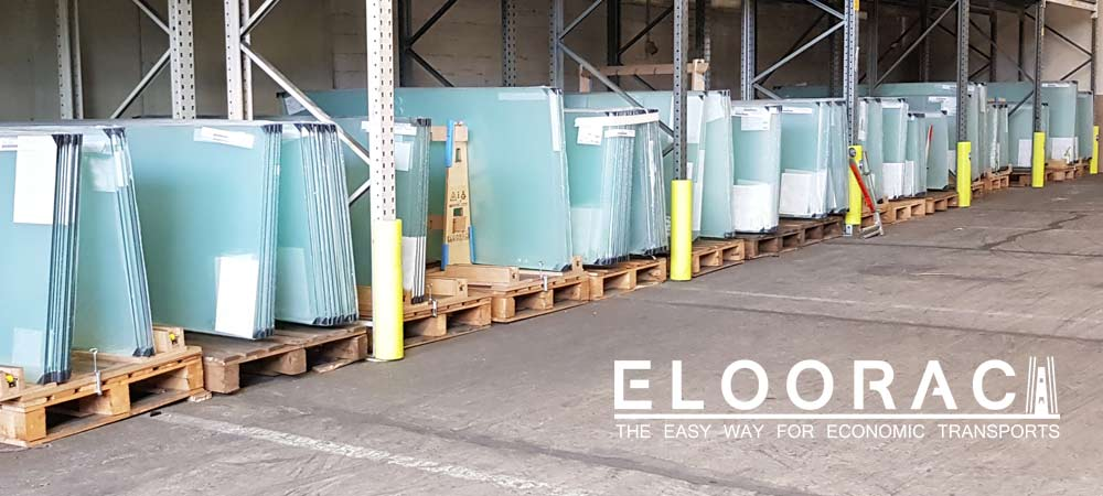 Abbildung eines großen Glaslagers in dem Eloorac Glasgestelle als Lagergestelle genutzt werden. Es werden hier Ganzglastüren eingelagert und bei Bedarf direkt kommissioniert.