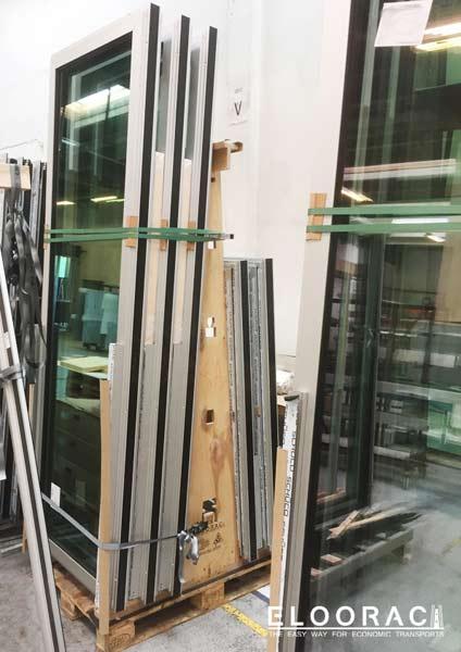 Abbildung eines Eloorac Fenstertransportgestells auf einer Europalette mit sehr schmalen, hohen Fenstern.