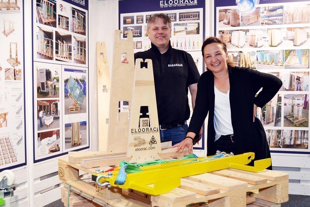 Carsten Böttcher (ELOORAC Transportgestelle) und Aleksandra Blagojević (pro Wirtschaft GT) besichtigten den Showroom von ELOORAC.