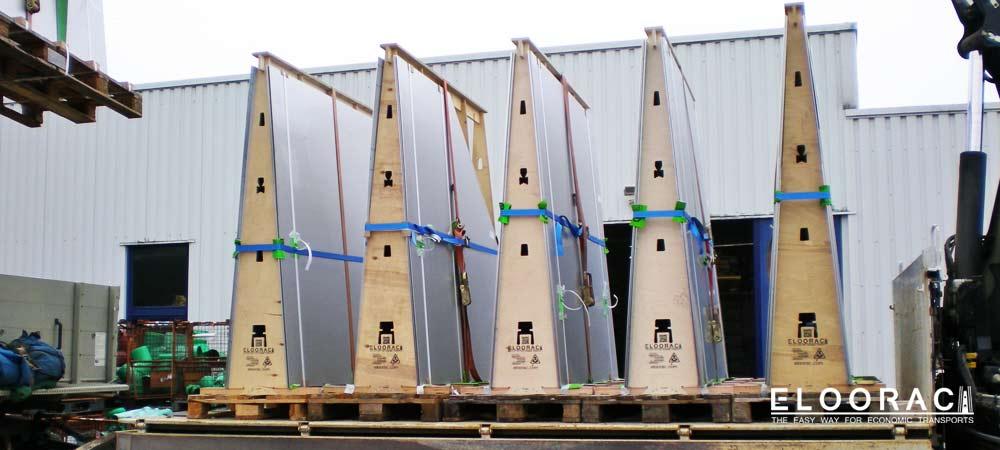 Abbildung einer Lieferung mit auf hochglanz polierten Blechen, die für den Bau eines großen Springbrunnens, auf Eloorac Transportgestellen transportiert werden mußten. Nachdem die Bleche abgeladen wurden, konnten die Eloorac´s zerlegt und im Montagefahrzeug zurück in die Firma gebracht werden.