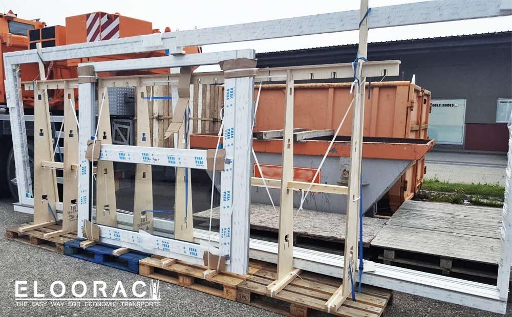 Sehr langes Fenstertransportgestell bestehend aus 4 Europaletten und 4 Eloorac Standard Sets. Mit einer Gesamtlänge von 4,8 Metern ist jeder Fensterbauer in der Lage sehr lange Schiebetüranlagen oder Panoramafenster zu transportieren.