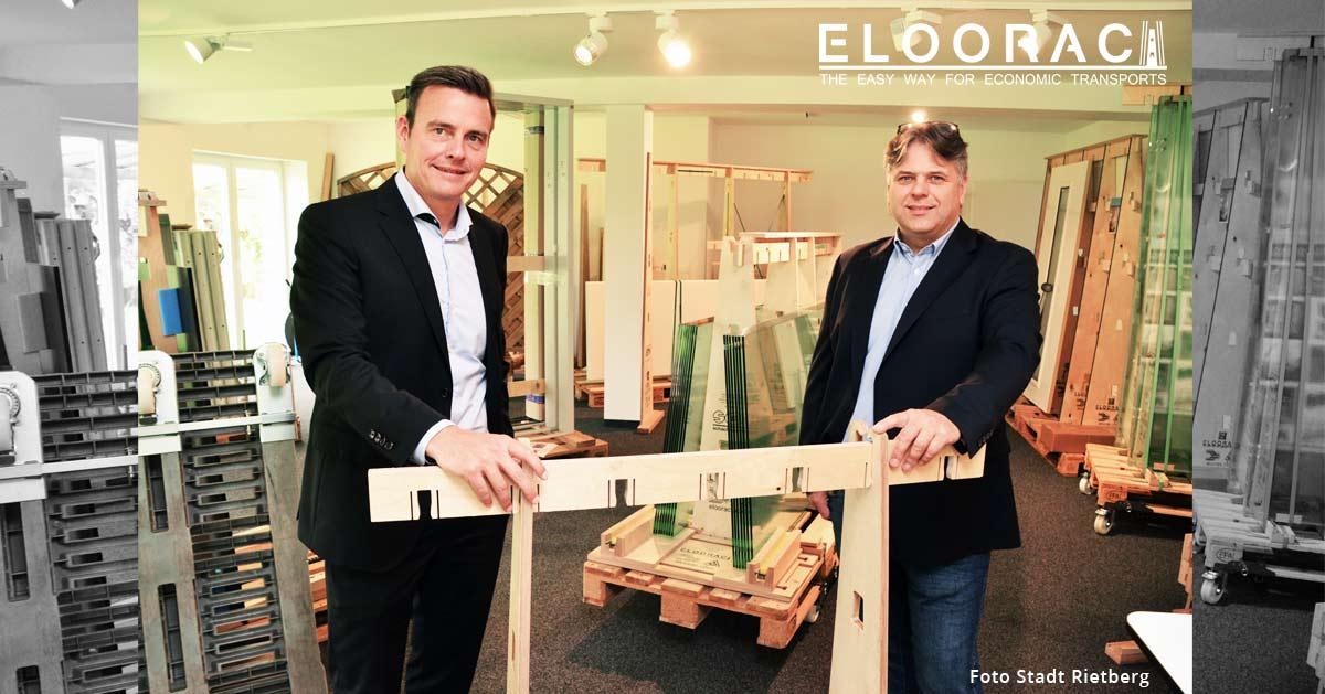 Abbildung mit dem Rietberger Bürgermeister Abdreas Sunder und Carsten Böttcher in den Ausstellungsräumen der ELOORAC GmbH & Co.KG in Rietberg. Bei dem Termin In der Eloorac Ausstellung wurden Transportgestelle, Glastransport Gestelle, Glasböcke, Lagergestelle und Rollen für Paletten vorgestellt.